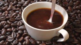 Colher que agita um copo do café fresco video estoque