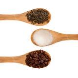 Colheres com chá, café e açúcar em um fundo branco Imagens de Stock Royalty Free