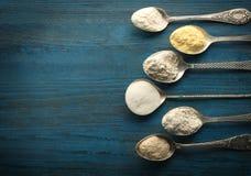 Colheres com tipos diferentes de farinha Fotografia de Stock