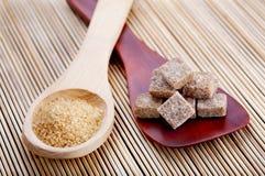 Colheres com tipos diferentes do açúcar marrom Fotografia de Stock Royalty Free