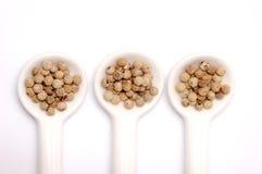 Colheres completamente do grão de pimenta Fotografia de Stock