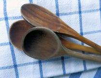 Colheres de cozimento de madeira no pano de prato do algodão Foto de Stock Royalty Free