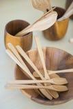 Colheres de madeira e bacia de madeira com vidro de madeira Imagem de Stock Royalty Free