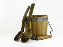 Colheres de madeira e cubeta de madeira Imagem de Stock