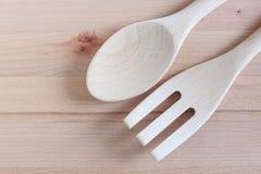 Colheres de madeira e reparo de madeira em desbastar o fundo de madeira, Kitchenware Imagens de Stock