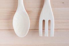 Colheres de madeira e reparo de madeira em desbastar o fundo de madeira, Kitchenware Imagem de Stock Royalty Free