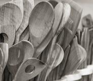 Colheres de madeira feitos a mão apresentadas em uma loja Imagens de Stock Royalty Free