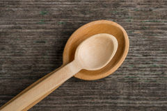 Colheres de madeira feitos a mão em uma placa de madeira, ferramentas da cozinha Fotos de Stock