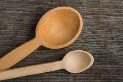 Colheres de madeira feitos a mão em uma placa de madeira, ferramentas da cozinha Fotos de Stock Royalty Free