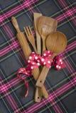 Colheres de madeira, fundo de madeira branco lunar da fita cor-de-rosa. fotografia de stock