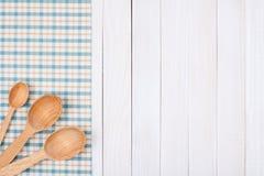 Colheres de madeira na toalha de mesa Fotografia de Stock Royalty Free