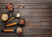Colheres de madeira pintadas com cereal do whith de Khokhloma fotos de stock royalty free