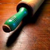 Colheres de medição, cortador da cookie do coração e pino do rolo de madeira da antiguidade com o punho pintado do verde foto de stock royalty free