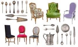 Colheres de prata do vintage, forquilhas, facas, pás para o bolo e cadeiras velhas isoladas no fundo branco rustic retro fotografia de stock