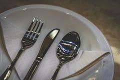 Colheres de prata e forquilhas do Kitchenware foto de stock