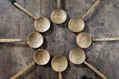 Colheres de prata ornamentado de México em uma tabela de madeira velha Fotos de Stock