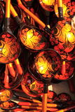 Colheres do artesanato de Khokhloma do russo na feira Imagens de Stock