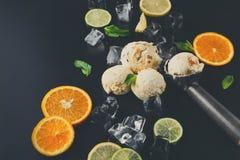 Colheres do gelado com gelo no fundo preto Fotos de Stock Royalty Free