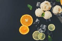 Colheres do gelado com gelo no fundo preto Imagens de Stock Royalty Free