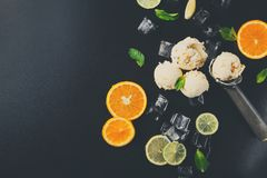 Colheres do gelado com gelo no fundo preto Foto de Stock