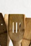 Colheres e agitadores de madeira velhos imagens de stock