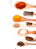 Colheres e colheres de madeira com especiarias sortidos Fotografia de Stock Royalty Free