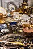 Colheres e cutelaria velhas no mercado do vintage Venda das antiguidades na feira Fotos de Stock