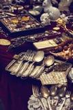 Colheres e cutelaria velhas no mercado do vintage Venda das antiguidades na feira Imagem de Stock