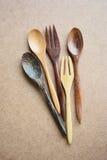 Colheres e forquilhas de madeira no fundo de madeira Fotos de Stock