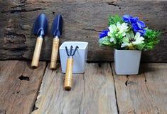 colheres para a inclinação de jardinagem contra com a madeira velha, uma forquilha Fotos de Stock Royalty Free