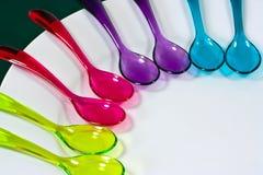 Colheres plásticas coloridas fotografia de stock