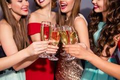 Colhido perto acima da foto bonita a suas senhoras que ligam a escola social festiva do clubbing dourado da noite do vinho espuma imagens de stock royalty free