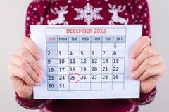 Colhido perto acima da foto do calendário nas mãos do ` s da mulher com marcado fotografia de stock