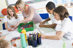 Écoliers et leur professeur dans une classe d'art Images stock