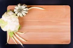 Coliflor, calabaza y habas orgánicas en fondo de madera Imagenes de archivo