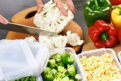 Coliflor del corte del cocinero para cocinar Acción para arriba en la comida del invierno Imagen de archivo