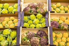 Coliflor fresca en una caja en un estante en un supermercado foto de archivo libre de regalías