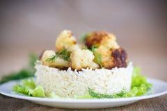 Coliflor frita con arroz hervido Fotos de archivo libres de regalías