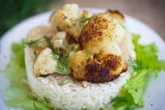 Coliflor frita con arroz hervido Foto de archivo