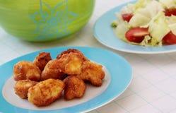 Coliflor frita servida con la ensalada de las verduras frescas Foto de archivo libre de regalías