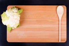 Coliflor orgánica en fondo de madera con la cuchara Foto de archivo