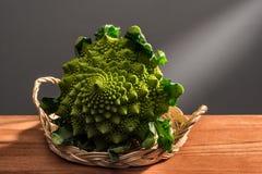 Coliflor verde en una cesta de mimbre fotografía de archivo libre de regalías