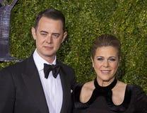 Colin Hanks e Rita Wilson Arrive em Tony Awards 2015 Imagem de Stock