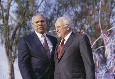 Colin Powell och Dick Cheney på en Bush/Cheney aktion samlar i Costa Mesa, CA, 2000 arkivfoto