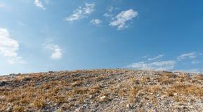 Colina abandonada y cielo nublado azul en verano Imagenes de archivo