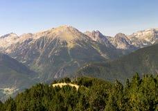 Colina amarilla en medio de las montañas foto de archivo