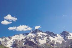 Colina con el fondo del cielo azul Paisaje de Nepal foto de archivo