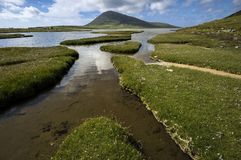 Colina de Ceapabhal y entradas o saltings de marea en un Taobh Tuath o Northton en la isla de Harris, Escocia Imagen de archivo