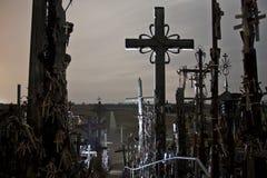 Colina de cruces en la noche, asustadizo fantasmagórico misterioso imagenes de archivo