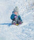 Colina de la nieve con los paseos del niño Imagen de archivo libre de regalías
